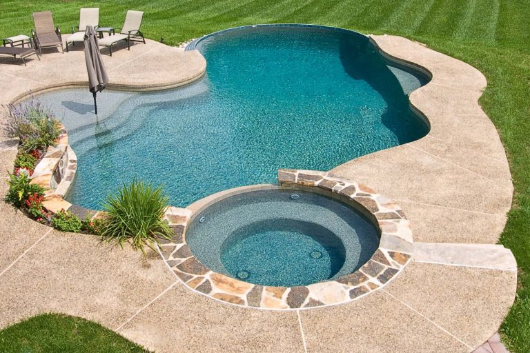 Points to ponder before hiring a swimming pool contractor